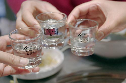 Canh uong ruou soju nguoi han quoc 1